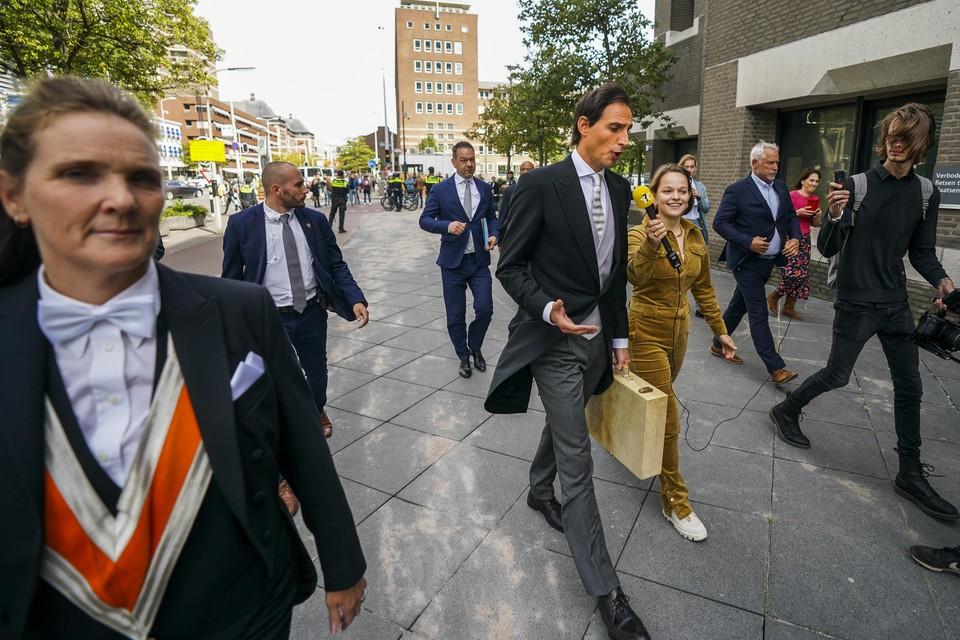 Demissionair minister Wopke Hoekstra van Financien (CDA) met het koffertje met daarin de miljoenennota op weg naar de tijdelijke Tweede Kamer.