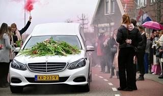 Indrukwekkend afscheid van Mo; honderden brengen langs de kant van de weg laatste eerbetoon aan te jong overleden Westzaanse