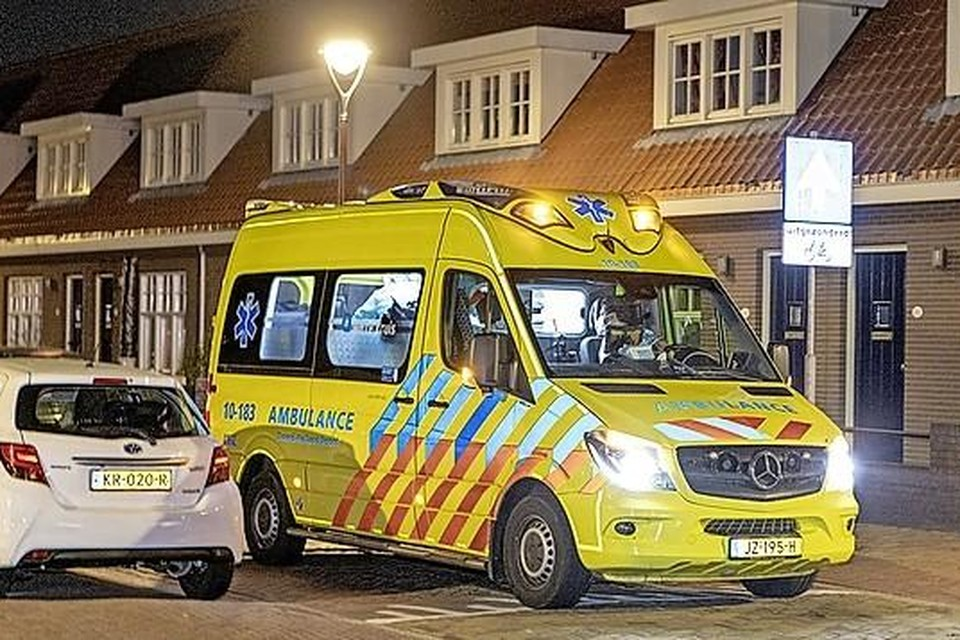 Een van de ambulances die uitrukte na de schietpartij in de Strooijonkerstraat.