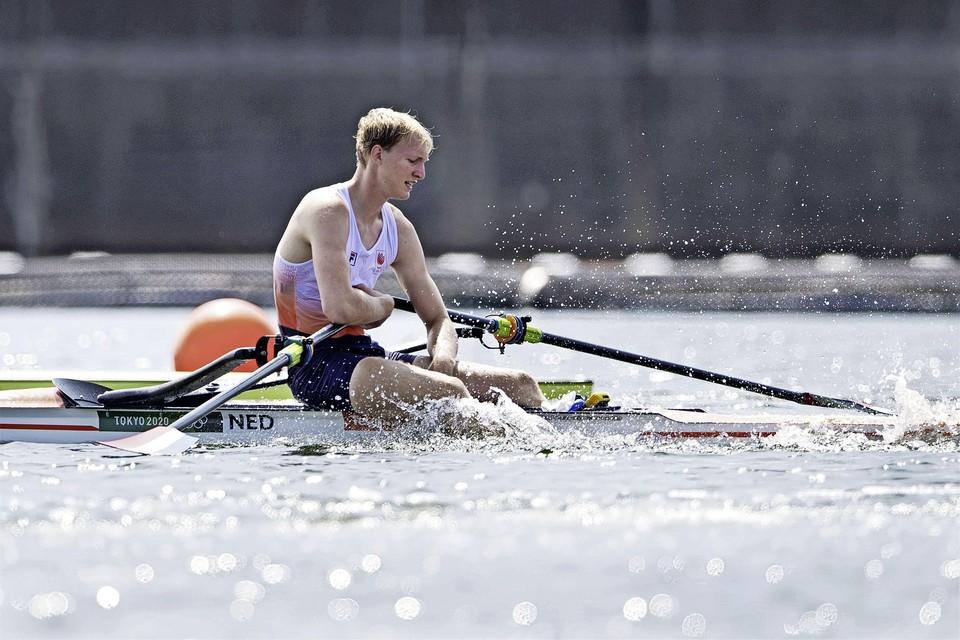Finn Florijn in actie in de skiff na zijn serie roeien op de Sea Forest Waterway op de Olympische Spelen.