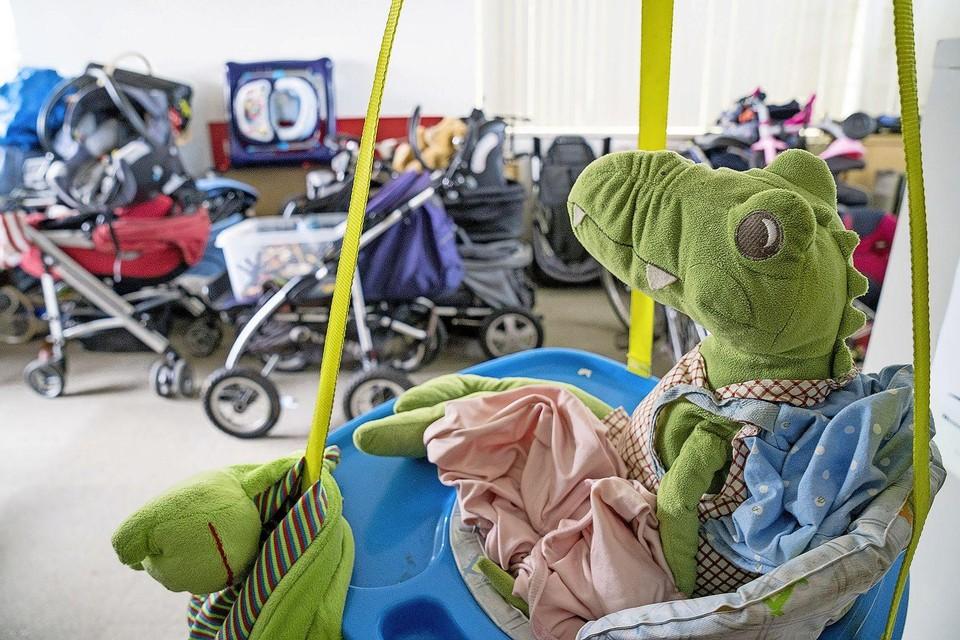 Speelgoed en kinderwagens staan klaar in het magazijn.