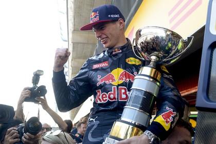 Toen er op 15 mei nog wél gesport werd: Max Verstappen spoelt het laatste rondje nog een paar keer terug [video]