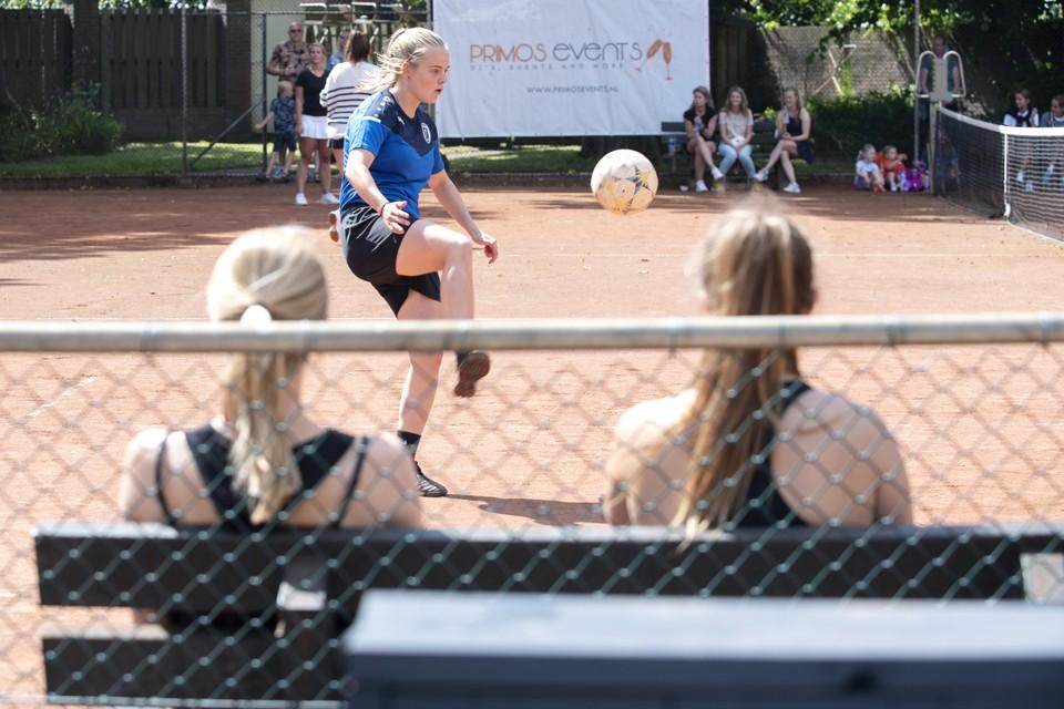 Met volledige concentratie de bal goed over het net plaatsen. Dat is de kunst.