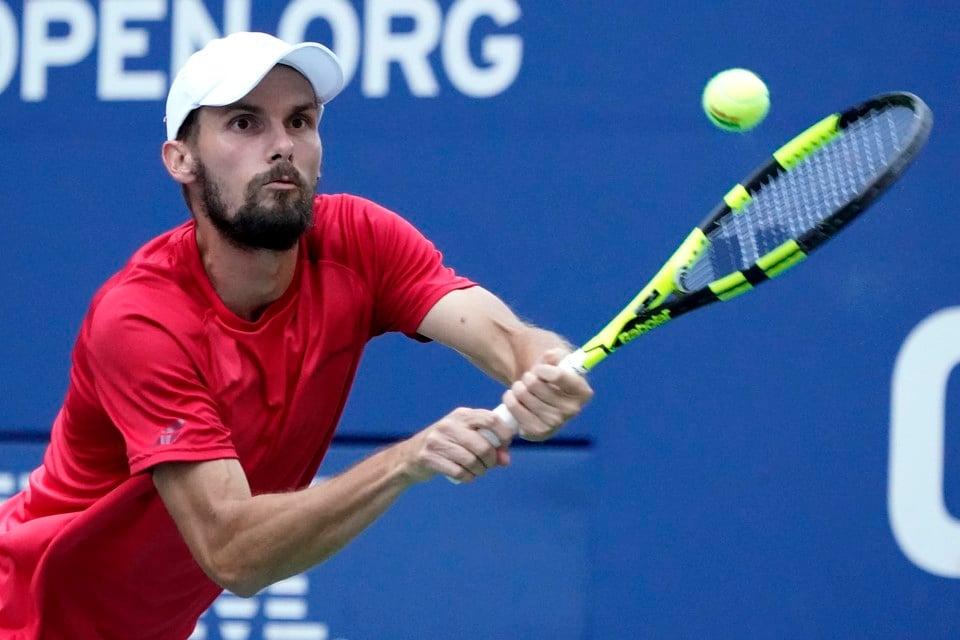 Oscar Otte in actie tijdens zijn partij in de vierde ronde van de US Open tegen Matteo Berrettini.