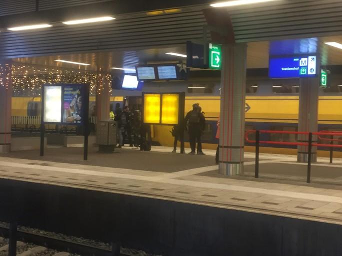 Station Sloterdijk ontruimd door politie na dreiging met explosief, verdachte opgepakt [video]