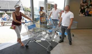 Beroepsportier voor de deur van de drukbezochte supermarkt in Callantsoog: '65-plussers reageren het felst als ze even buiten moeten wachten'