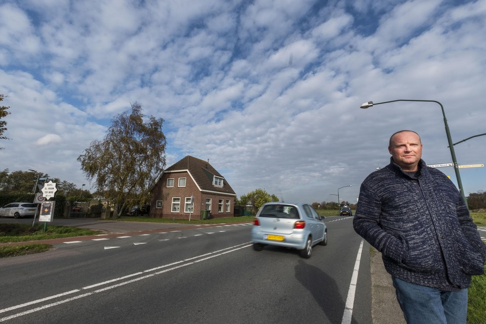 Erik Groot met achter zich de woning van Maarten Nanne, waar de spandoeken om de kerstboomverkoop achter het huis aan te prijzen, dit jaar niet meer verschijnen.