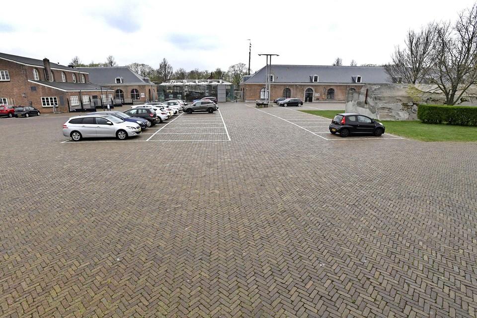 Dit parkeerterrein op Willemsoord moet wijken voor een hotel en nieuwe horecagelegenheden.