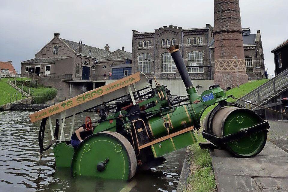 Het pronkjuweel van het Stoommachinemuseum Medemblik bungelt op de steiger.