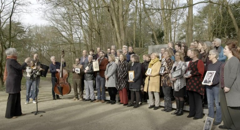 Nabestaanden brengen muzikaal eerbetoon op tv aan gevangenen Kamp Amersfoort