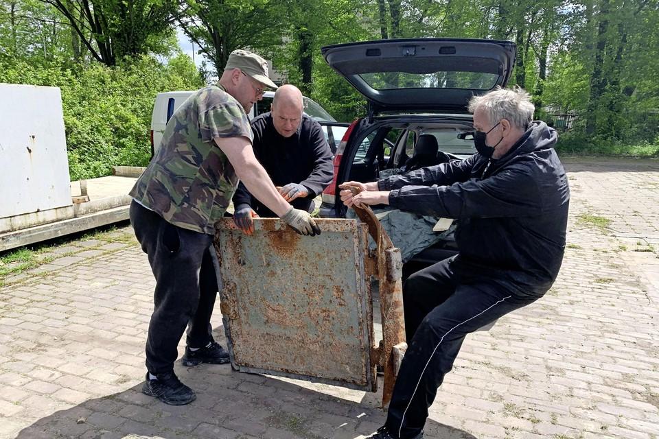 Vrij worstelen met een stuk deur van ruim driehonderd kilo. Vlnr: William Steenvoorden, Ruud Overvliet en René van Poelgeest.