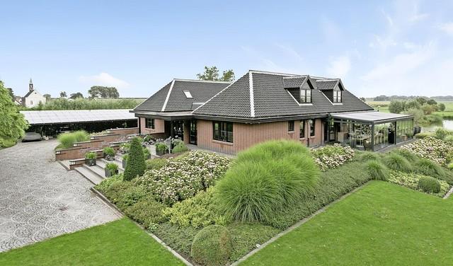 Binnenkijken in het duurste huis van de Noordkop. De familie Pach verkoopt dit landhuis met wellness en een eigen bar/disco voor 3,25 miljoen euro [video]