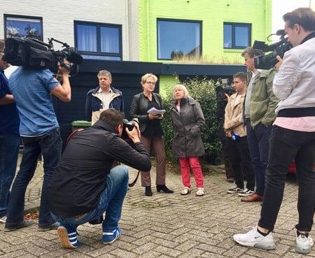Ineke van Amersfoort weigert haar appeltjesgroene huis over te schilderen en is landelijk nieuws: van al die camera's wordt ze een beetje zenuwachtig [video]