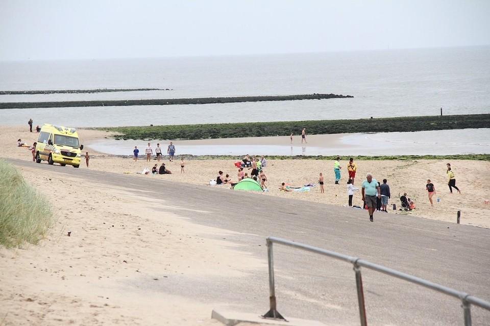 Er waren veel mensen op het strand toen het gebeurde.