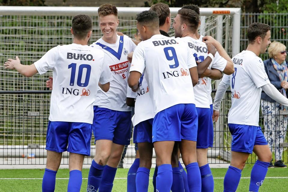 Sem van Amersfoort (tweede van links): Hoewel ik bij DEM prima naar mijn zin heb, lonkte het voetballen op zaterdag steeds sterker.''