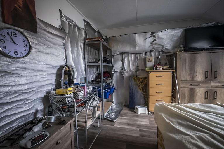 Burenconflict leidt tot een huis vol met zilveren isoleerfolie: 'Iedere nacht is het woem woem', 'Nee, ze doen zoem zoem', wordt gereageerd