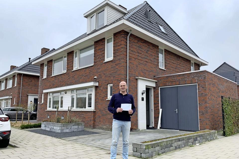 Gereth Jenkins voor zijn woning in de wijk Heerenweide in Spanbroek met de gemeentelijke nota die ruim twaalfhonderd euro bedraagt.