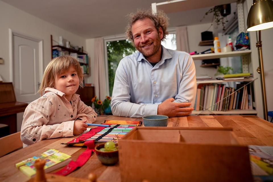Floris Roelofsen en zijn dochter Elise: ,,Het kunnen leren van gebarentaal was een behoorlijke strijd.''