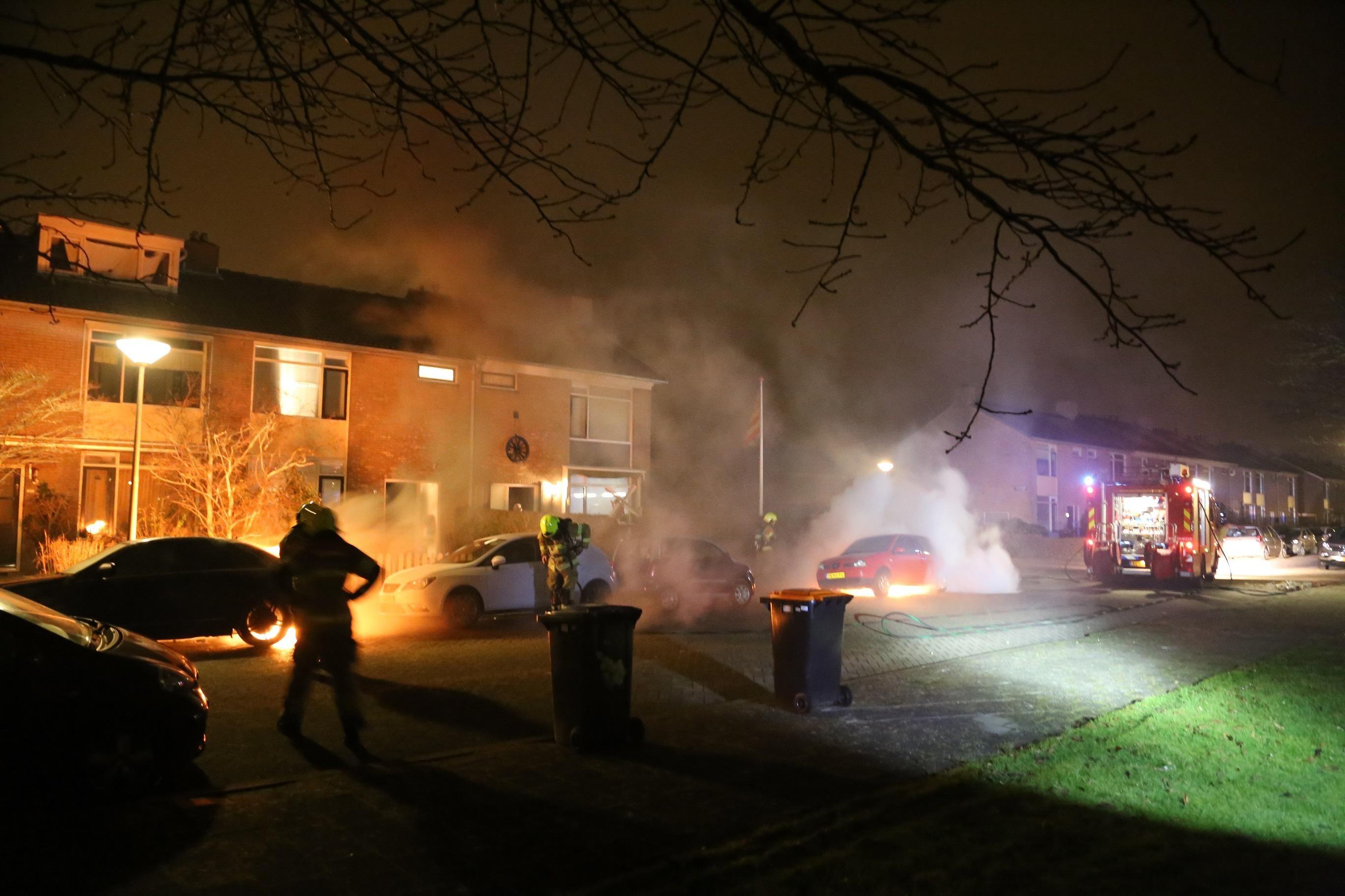 Twee auto's uitgebrand in Den Helder, politie vermoedt brandstichting. via @nhdagblad