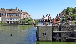 Enkhuizer woest over optreden boa's tegen jongeren die van de sluis springen. Hij neemt zelf een duik: 'Dit gebeurt al zestig jaar'