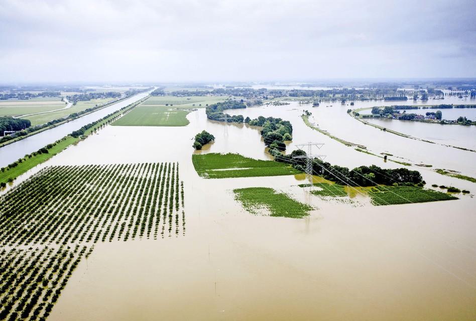 Dronefoto van de hoge waterstand bij het ontruimde Limburgse gehucht Aasterberg.