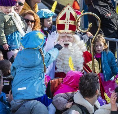 Swingende massa bij intocht Sinterklaas in Hoofddorp [video]