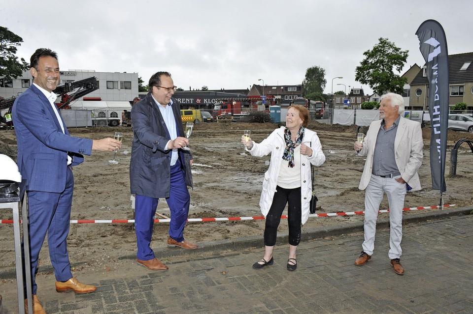 Proosten op de eerste paal, vlnr: projectontwikkelaar Bart de Jong, wethouder Serge Ferraro en de buren van het project Tineke en Wim van de Wal.