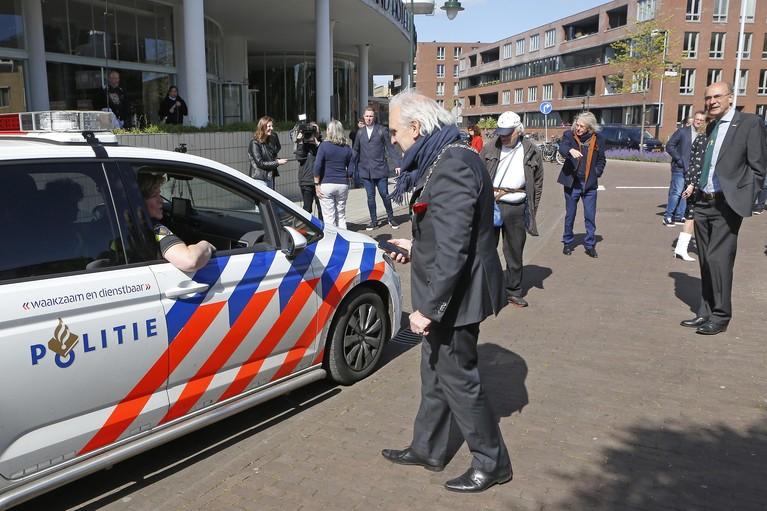 Liefdevol aait burgemeester Pieter Broertjes de billen van de ijsbeer; Hilversum heeft met de Polarbear bij Gooiland een nieuw bevrijdingsmonument [video]