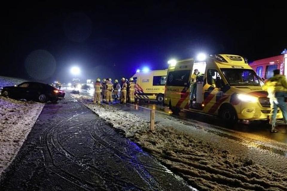 Ambulances op de Houtribdijk, na de frontale botsing.