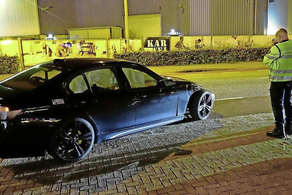 Een auto ramde deze week op hoge snelheid een enorme bloempot aan de Koedijkerstraat.