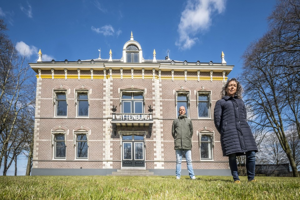 Judith en Tom Veldt voor hun zorgvilla Wittenburg.