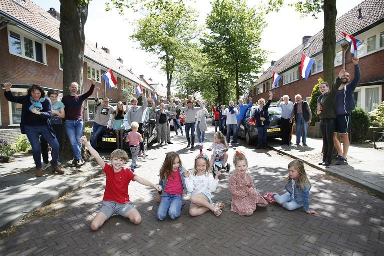 Polluxstraat onderhand meest bekende straat van het Gooi: concerten voor de buurt en massaal vlaggen [video]