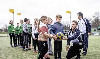 Otis van Spangas geeft met trainer Joe Rijpkema een korfbalclinic bij CKV Rapid; creatieve oplossingen om verveling bij onderlinge partijtjes tegen te gaan
