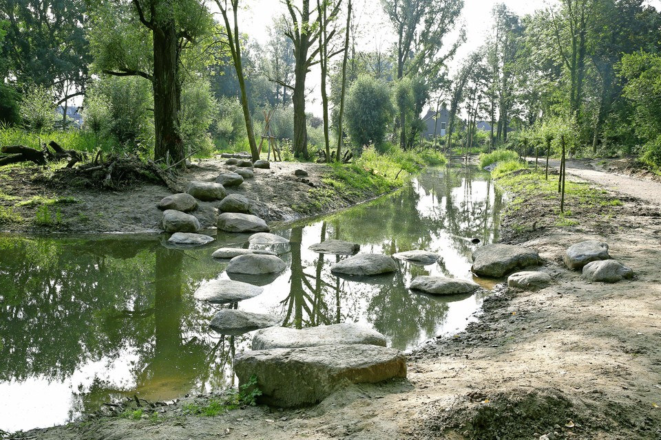 Spannende stapstenen als toegang naar het speeleiland in het buurtpark. Het eiland oogt nog wat kaal.