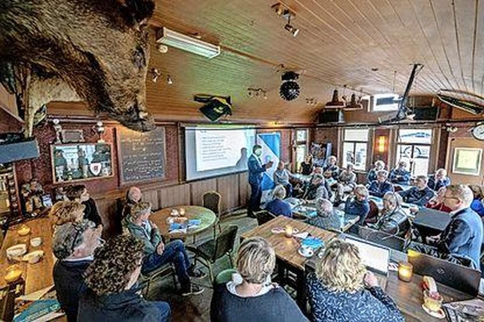 Het gemeentebestuur van Langedijk praat Koedijkers in 2019 bij over de fusie in café De Bonte Koe.
