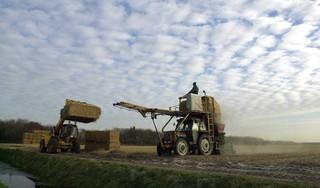 Boeren en loonwerkers kunnen blijven rijden met strodekmachines. Ook als die hoger zijn dan vier meter. Met speciale ontheffing van de gemeente Schagen