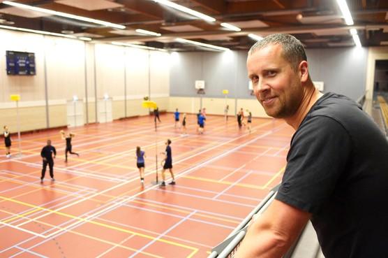Landsmeerder Tim Ebbes debuteert bij korfbalclub Roda in Westzaan als hoofdtrainer