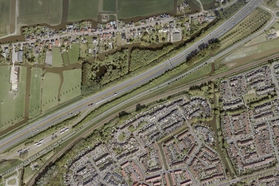 De Hoornse wijk Grote Waal (onder) waar de rijksweg A7 langsloopt. Ten noorden van de A7 ligt Berkhout.