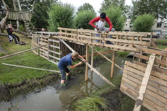 Timmeren en zagen tijdens huttenbouw in Velserbroek, maar ook hindernisbaan en boog- en katapultschieten