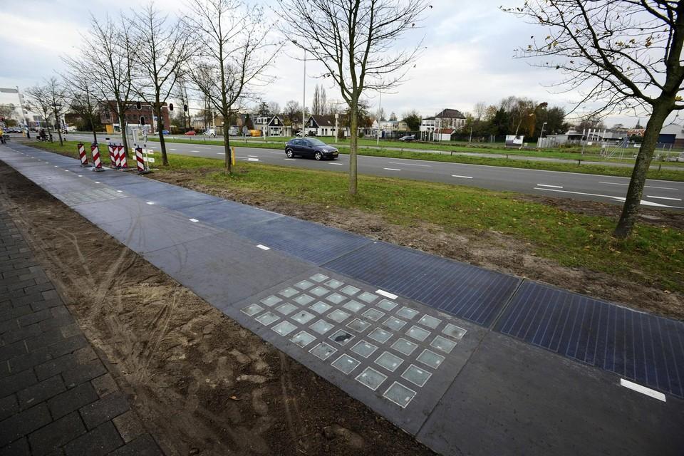De Solaroad in Krommenie, het eerste wegdek ter wereld dat gemaakt is van zonnepanelen, tijdens de officiële opening in 2014.