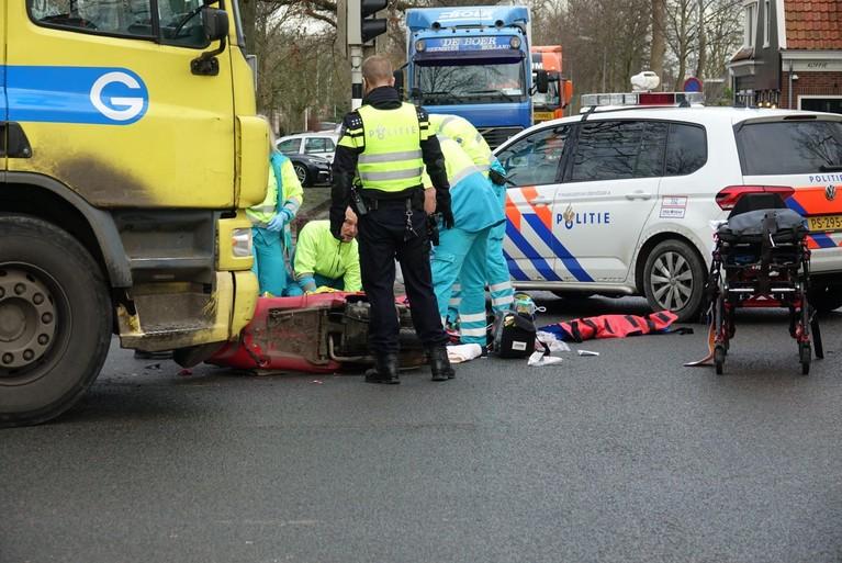 Scooterrijdster komt onder vrachtwagen in Middenbeemster, ernstig gewond naar ziekenhuis