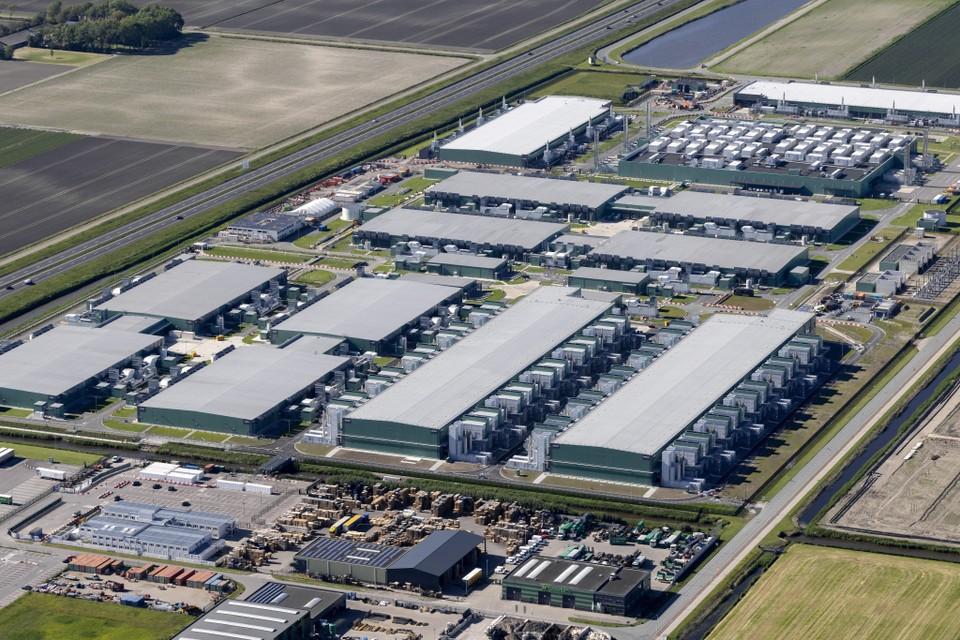 Een luchtfoto van het datacenter van Microsoft in Middenmeer aan de oostkant van de snelweg A7.