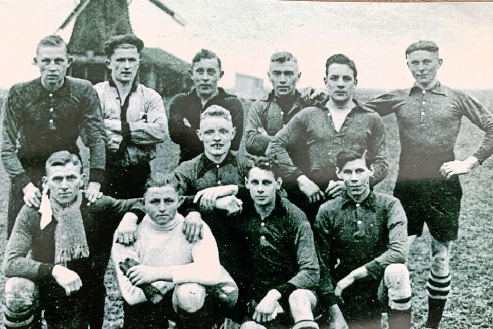 Klaas Koning 'Not' (rechtsonder) met het kampioensteam van 1935.