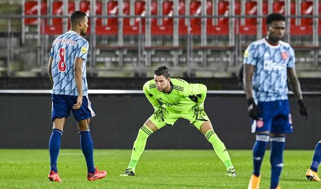 Maarten Stekelenburg houdt de nul voor Ajax onder de lat in bekerduel met AZ. 'Keepen verleer je niet zo snel'