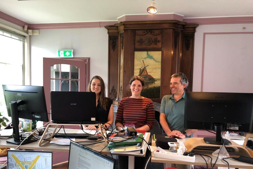 Het team van Buro de Brug in de roze kamer van het oude Molenmuseum.