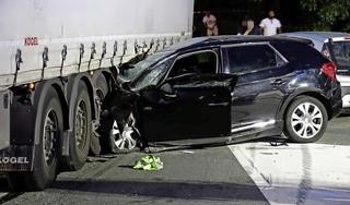 Automobilist (30) zwaargewond bij botsing met vrachtwagen in Oostzaan [video]
