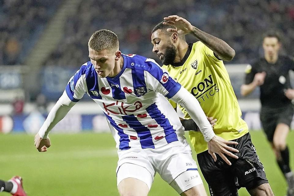 Sven Botman houdt Jerome Sinclair van VVV achter zich.