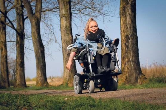 Roos uit Wervershoof zit al sinds haar vierde in een rolstoel: 'Ik had geen ander leven willen hebben'