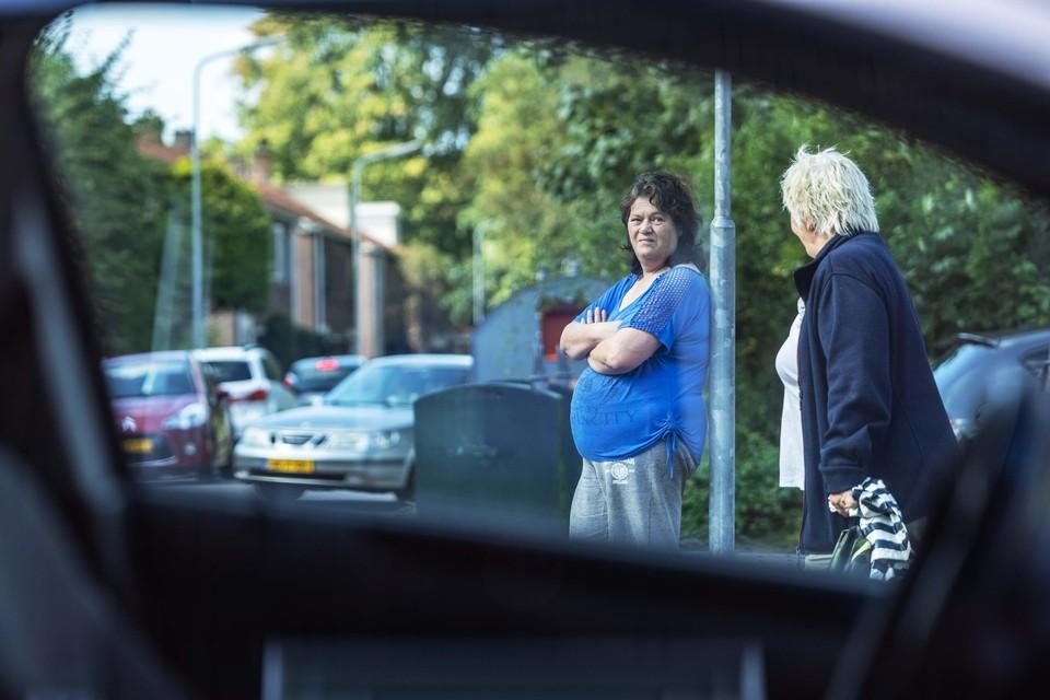 Nicole van Twisk, Middenbeemster, bij het groot leed dat parkeeroverlast heet. Maar op de dag dat de fotograaf er is reuze mee valt. © marcel molle