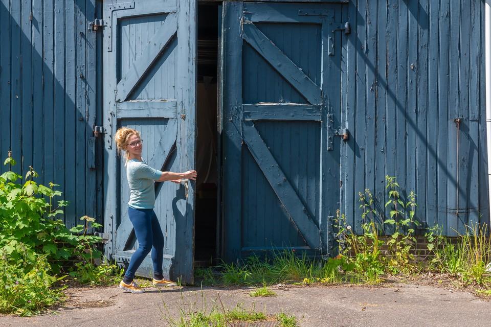 De deur knel, de verf waait er af en Anita Star ziet een uitdaging.